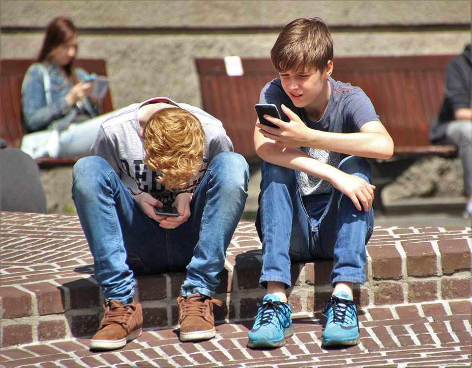 teenagers on smart phones